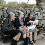 lesvos-grannies-refugees_klein