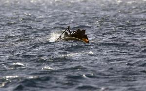 REUTERS / Yannis Behrakis - mei 2015: Pakistaanse migranten in een rubberboot op de ruwe zee tussen Griekenland en Turkije.