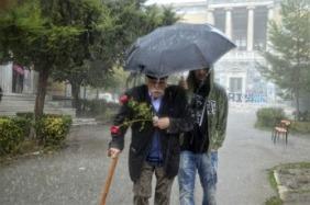 Manolis Glezos (95) op weg naar het monument