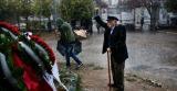 Verzetsheld Glezos brengt in 2017 in zijn eentje een eerbetoon aan de slachtoffers van de studentenopstand van 1973