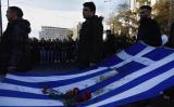Leden van de jongerenafdeling van PASOK dragen ieder jaar de Griekse vlag mee waarop nog bloedsporen zijn te zien