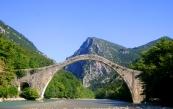 De historische Plaka-brug voor...