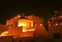 Op Goede Vrijdag wordt het dorp Pyrgos op Santorini verlicht door talloze lantaarns: op daken, kerkkoepels, muren en langs de paden. Ze verlichten de weg die de Epitaphios-processie aflegt. Huisvrouwen besprenkelen de epitaphios met rozenwater of parfum als hij passeert.