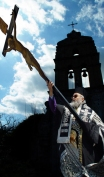 Op Zakynthos dragen priesters in eenvoudige zwarte gewaden op Goede Vrijdag het kruisbeeld door de straten van de stad. De processie begint bij de kerk van Sint Nicolaas van Molos. Aan de balkons in de stad hangen zwarte doeken.
