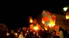 In Leonidio, een stadje op de oostelijke Peloponnesos, gaan op Grote Zaterdag om middernacht 500 gekleurde luchtballonnen omhoog. Ze worden daarbij begeleid door het vrolijke geluid van de kerkklokken.