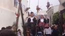 Op Kythnos wordt op Paaszondag een grote schommel op het centrale plein geplaatst, waar jongens en meisjes in traditionele klederdracht heen en weer zwaaien. Ze beloven voor God om te trouwen met degene die op de schommel zit.