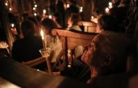Tijdens de mis op Grote Zaterdag wordt in een van de kloosters van Meteora het Heilige Licht (Agio Fos) aangestoken en van kaars tot kaars doorgegeven.