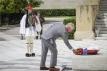 De prins legt een krans bij het graf van de onbekende soldaat