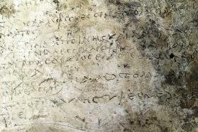 De gegraveerde inscripties zijn verzen uit de Odyssee van Homerus