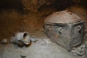 Behalve een gesloten kist werden er ook vazen en potten gevonden