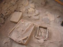 Kleikisten met voorwerpen uit de 16e eeuw voor Christus