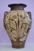 Een kan versierd met bloemmotieven