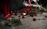 Rode anjers om de slachtoffers van de opstand te herdenken