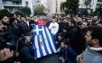 Ieder jaar wordt de Griekse vlag meegedragen waarop nog bloedsporen zijn te zien