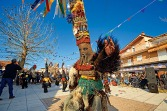 Carnaval in Flambouro: 'Babougeroi' zijn verkleed als bokken met bellen om hun middel en een kleurrijke kegelvormige hoed, die versiers is met sjaals, linten en kralen. Ze dansen op de klanken van daoulia-drums en de zourna. Ook worden met munten bedekte sinaasappelen uitgedeeld, als symbool van vergeving.