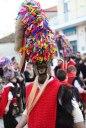 Carnaval in Sochos: 'Kalpakia' dragen maskers met een vossenstaart als snor en een hoofdtooi van linten, van soms wel een meter hoog.