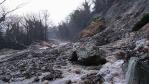 De regen veroorzaakte aardverschuivingen