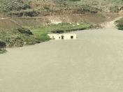 Door de extreme regenval stroomden rivieren over en veranderden wegen op de twee eilanden in meren.