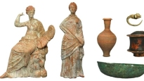 Beeldjes, sieraden, keramische en bronzen vazen uit graven uit het Hellenistische tijdperk
