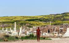 SIGHT | ANTONY GORMLEY, Archaeological site of Delos, 2019. © Oak Taylor Smith | Courtesy ΝΕΟΝ, Ephorate of Antiquities of Cyclades & the artist