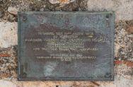 Een plaquette voor Glezos en Santas