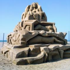 De sculpturen blijven tot het einde van de zomer staan - tenzij de zee ze eerder wegspoelt / / Foto: Pella Lasithiotakis