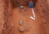 Een graf met een bronzen helm en beenpantser