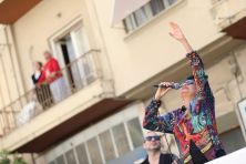 De populaire Griekse zangeres Alkistis Protopsalti gaf een mobiel concert in Athene