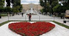 De gemeente Athene concentreerde zich op het 'romantische' aspect van de eerste meidag met een groot bloemenhart op het Syntagmaplein.