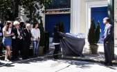 De Griekse president Katerina Sakellaropoulou onthulde de plaquette
