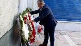 Dimitris Koutsoumbas, leider van de communistische partij KKE, legde een krans voor de slachtoffers