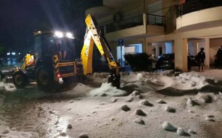 Er moesten grondverzetmachines aan te pas komen om de hagelstenen te verwijderen
